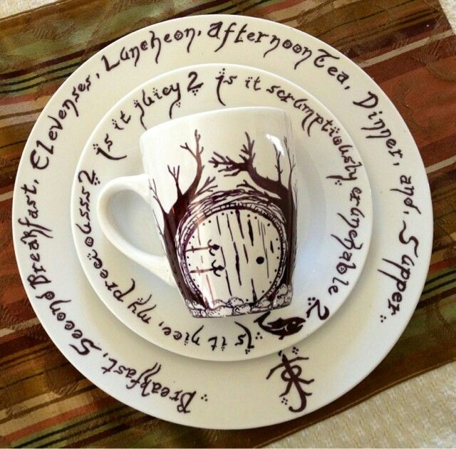 The Hobbit/Lord of the Rings inspired sharpie dishes - http://vdspdiy.blogspot.nl/2013/01/my-sharpie-dishes.html?m=0