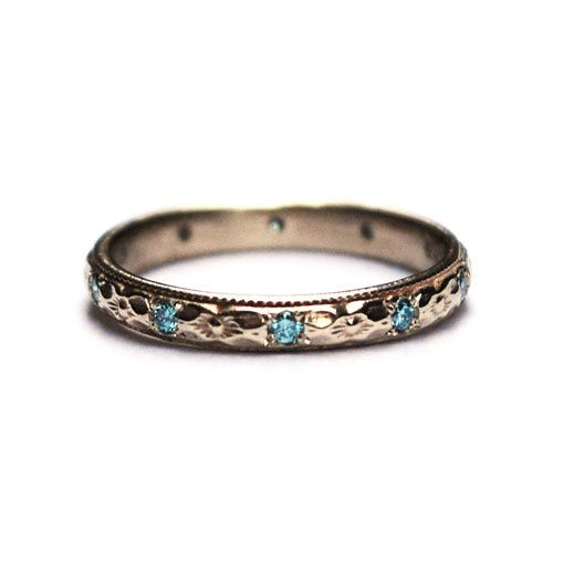 Witgouden ring met blauwe diamanten