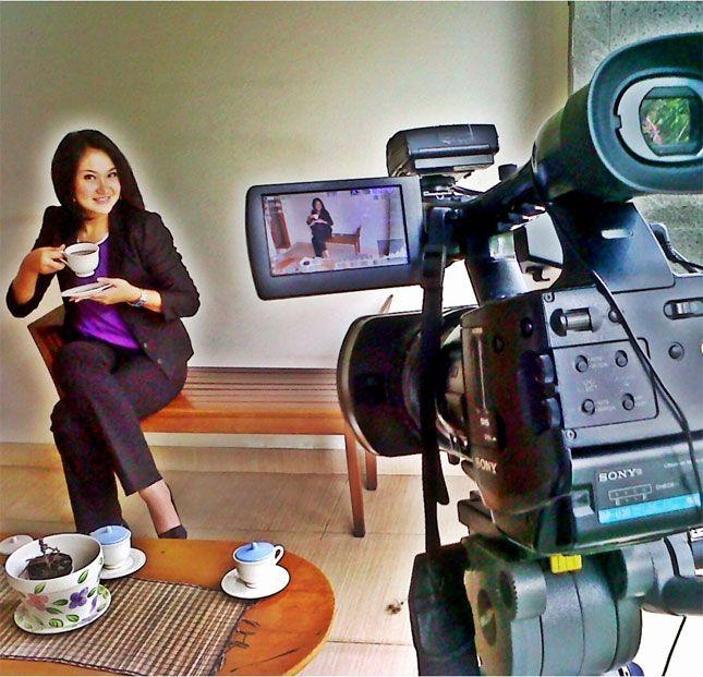 INNE NATHALIA – Jurnalis cantik KompasTV yang super sibuk dengan 4 ponselnya untuk kerja