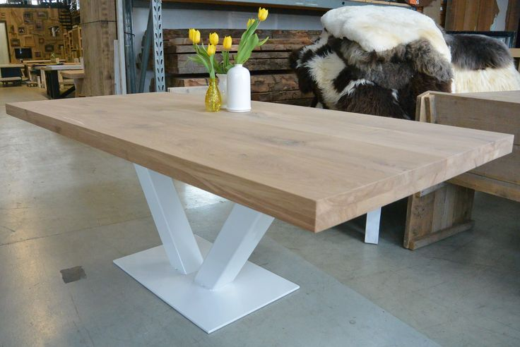 Eiken tafel met witte stalen V poot, tafelblad massief eikenhout en de stalen poot kan in elke kleur worden gecoat.