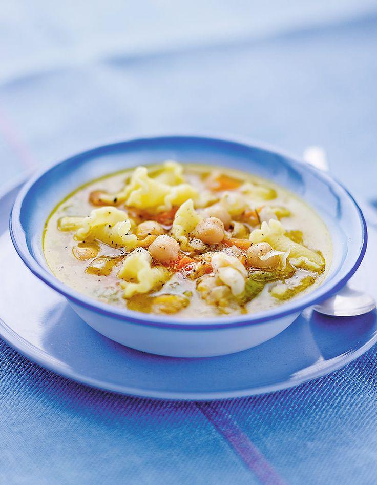 Recette Soupe aux pâtes et pois chiches : Pelez l'oignon et l'ail, puis hachez-les. Epluchez les carottes. Rincez-les et coupez-les en petits dés. Lavez le c�...