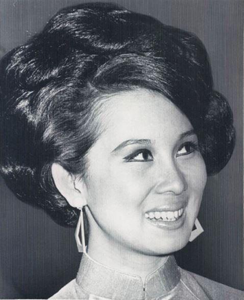 Bà Đặng Tuyết Mai, cựu phu nhân Phó Tổng Thống Nguyễn Cao Kỳ, vừa qua đời lúc 5 giờ sáng Thứ Tư, 21 Tháng Mười Hai