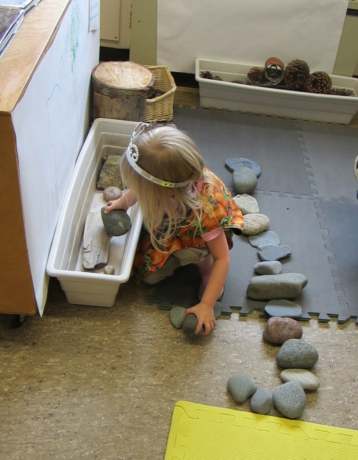 "Zet een mooie stenenverzameling in de bouwhoek en kijk wat er gebeurt>I love this image from StrongStart - material from nature used to explore, discover & create ("",)"