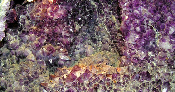 Como construir um mostruário de minerais. Caixas de exposição de minerais não são apenas necessárias para mostrar coleções de minerais, mas são essenciais para a correta manutenção das gemas e pedras. Essas caixas protegem as rochas de fatores ambientais, como o calor ou acidez, além de facilitar a rotulagem das rochas, que também podem ser facilmente confundidas. Uma caixa padrão é feita ...