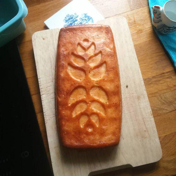 Tarde de lluvia. Bizcocho de zanahoria y a un libro.  #foodies #instafood #bizcocho #carrotcake #foodphotography #feedfeed #lifestyle #slowlife
