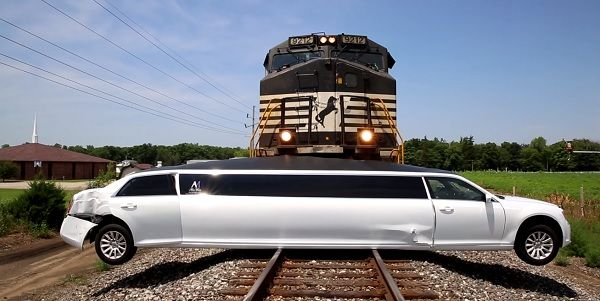 "Kereta Menabrak Limosin Yang ""Nyangkut"" Di Tengah Perlintasan Kereta Api - LAPAK MOBIL DAN MOTOR BEKAS"
