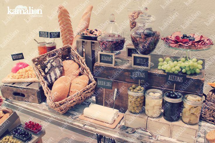 www.kamalion.com.mx - Mesa de Quesos / Botanas / Wedding / Vintage / Rustic Decor / Frascos / Jars / Cheese Table / Bread / Fruit / Frutas / Door / Uvas / Grapes.