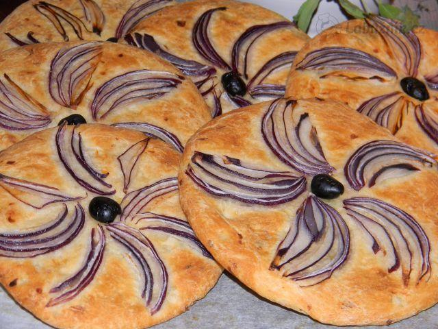 Alžírský cibulový chléb s olivovým olejem