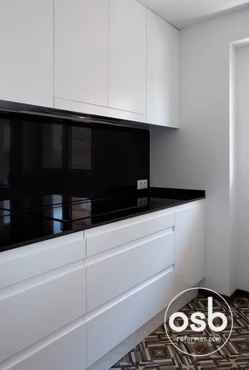 Encimera y frontal de granito negro intenso: Cocina de estilo translation missing: es.style.cocina.moderno de osb reformas