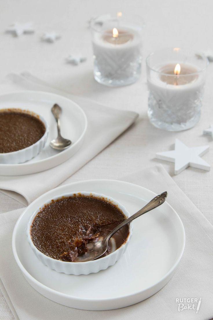 Onder de knapperige laag karamel gaat een fluweelzachte chocoladecrème schuil. Van dit recept voor chocolade crème brûlée ga je genieten!