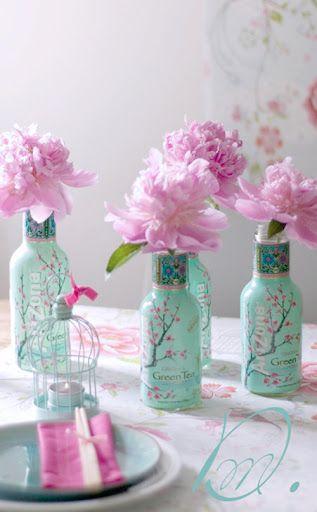 Pivoines d'un rose délicat et bouteilles de thé au subtile vert d'eau : une nouvelle illustration de la parfaite harmonie du rose avec le bleu-vert.