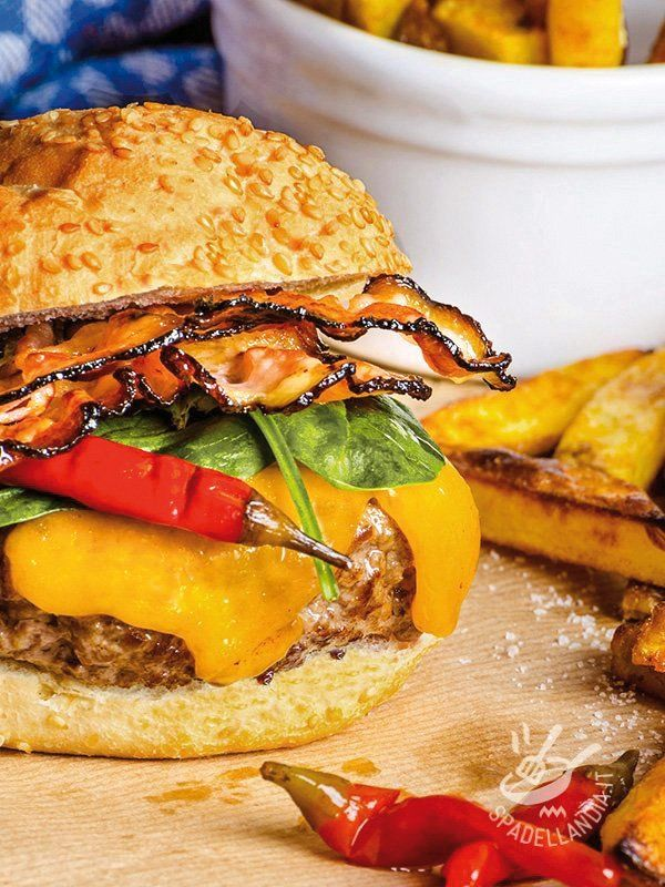 Se siete amanti degli hamburger o dei piatti da consumare velocemente, in pausa pranzo, non perdetevi l'Hamburger con peperoni e bacon!
