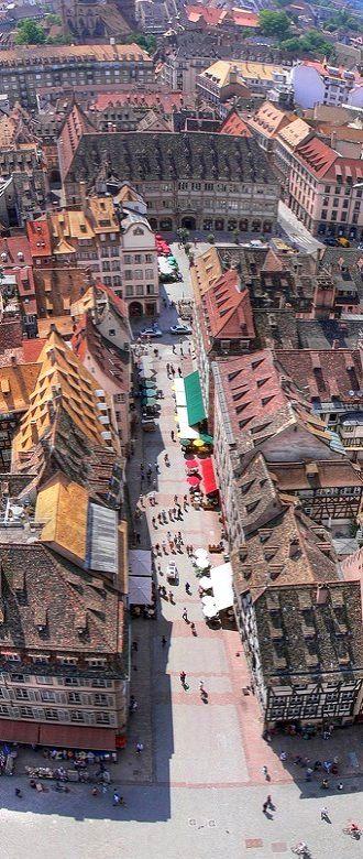 Bas-Rhin. : Strasbourg ~ Vue de la cathédrale sur la rue Mercière et la place Gutenberg (chambre de commerce)