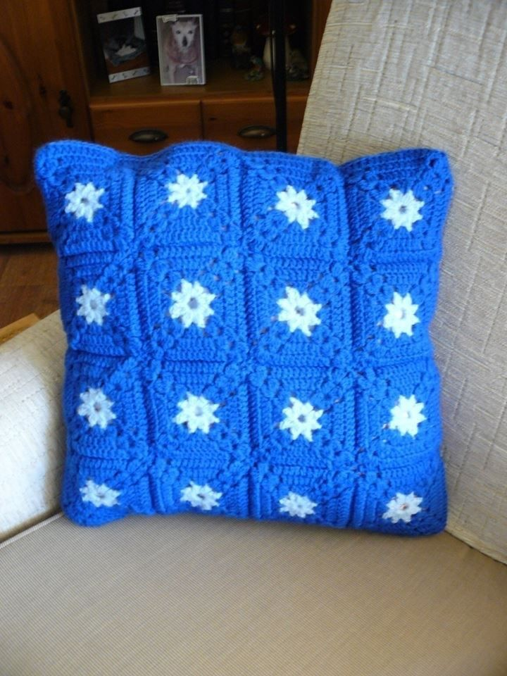 Ik heb voor Knuffeldekens een facebookgroep die voor kinderen dekens maakt een kussentje gemaakt voor een tiener waarvan het zusje of broertje ziek is. Nu deze bij de beheerders is krijg ik d