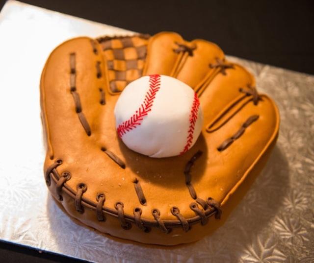 My groom's baseball cake! Amazing details. Thanks again @beckywaldorf!