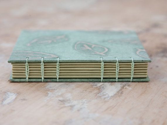 Handgemaakte Koptische gebonden dagboek/schetsboek/notebook.  Koptische binding wordt een prachtige blootgestelde steek die is sterk en kan het boek worden geopend volledig plat, wat het ideaal maakt voor het tekenen, schrijven en schilderen.  Dit boek is ontworpen om te worden tot de rand gevuld met ideeën, herinneringen en creativiteit.  Het boek is gesneden, gevouwen, gelijmd en met de hand genaaid.  PAGINAFORMAAT: Ongeveer 14,5 cm x 13,5 cm (5,75 in x 5.25 in)  Paginas: 48 blade...