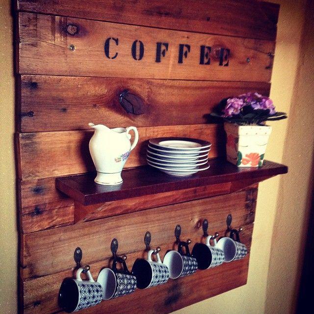 Nada melhor que um cafezinho fresquinho!!! Painel em madeira de palete com porta xícaras e prateleira. ...