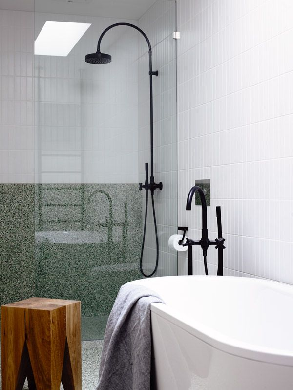 Roeberts house in Melbourne, photographed by Derek Swalwell. Via@The Design Files. #bathroom #black tap ware