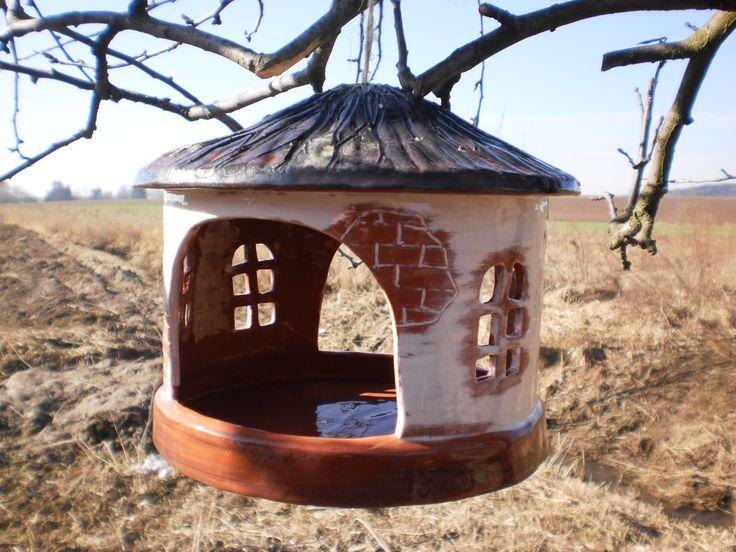 Krmítko Krmítko pro ptáčky závěsné,má dva vlety,výška 20cm,průměr 22, z obou stran glazované. Krmítko je dost velké,takže je možno dovnitř zavěsit třeba lojovou kouli.