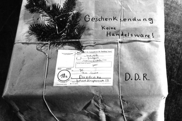 """Der Hinweis """"Geschenksendung, keine Handelsware"""" durfte auf den Paketen nicht fehlen. Das Päckchen oder Paket musste ein persönlich geschriebenes Inhaltsverzeichnis enthalten, das Beilegen von politischen Druckschriften wie Zeitungen war untersagt"""