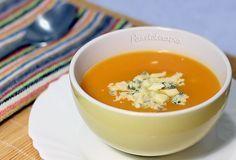 Creme de Abóbora com Gorgonzola - - 1 colher (sopa) cheia de Delícia Canola; - 1 cebola pequena picada; - 2 dentes de alho picados; - 500g de abóbora em cubos (pode ser a abóbora que você preferir); - 1 litro de caldo de legumes (caseiro ou industrializado); - 2 colheres (sopa) de queijo gorgonzola esfarelado; - Sal à gosto