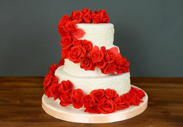 """Свадебный торт """"Обояние роз""""  #Краснаяроза - цветок любви и страсти, цветок самых ярких и волнующих чувств! #Свадьба - самый главные и эмоциональный день для невесты и жениха, а так же для гостей. Торт """"Обаяние роз"""" включает в себя и любовь, и яркие эмоции и в то же время элегантность и сдержанность! Прекрасный #торт оформленный белой мастикой с каскадом сахарных роз станет главным и незабываемым украшением вашей свадьбы!   С радостью изготовим, а если пожелаете то и доставим, #тортнасвадьбу…"""