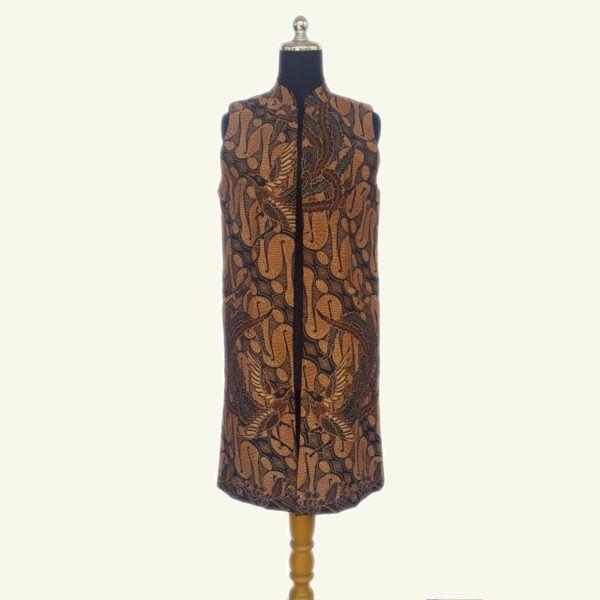 Modern batik long vest, warna sogan batik solo yang elegan ini cocok dipadu padankan dengan warna gelap dan cerah. Menonjolkan motif burung dan parang es, etnik dan elegan. Full lapisan tricot, ada kantung kiri dan kanan. Modern dan stylish.