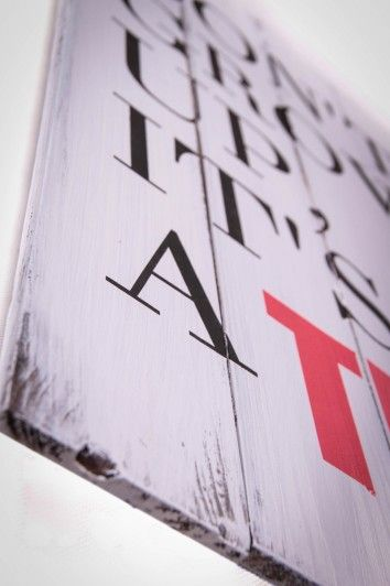 fragment reklamy ozdób drewnianych desek z napisami #Fotokoloryt #Fotograf #Częstochowa