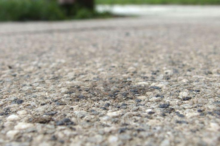 Ölflecken auf Pflastersteinen mit Spülmaschinentabs entfernen
