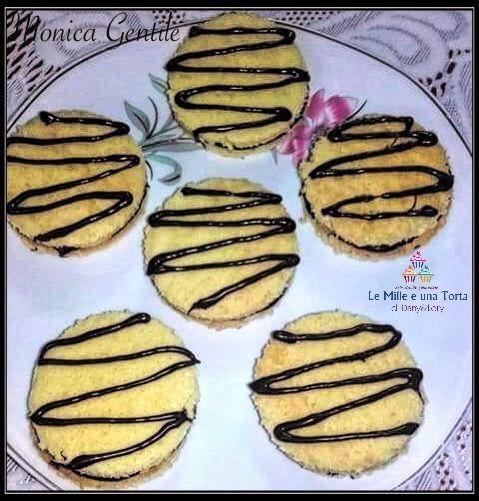 YO-YO ALLA NUTELLA FATTI IN CASA RICETTA DI: MONICA GENTILE Ingredienti: 3 uova 90 g di zucchero mezza bustina di lievito 1 bustina di vanillina