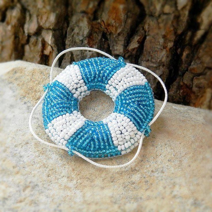 ❀ Cena: 290 CZK + 55 CZK doprava ❀ Autorský šperk. Brož vyrobena časově náročnou technikou korálkové výšivky. Je vyšívaná českými perličkami preciosa ornela, podšívaná umělou semiší alcantara. Velikost 5,5 x 5,5 cm | vavavu