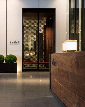 虎の門ヒルズの47階から52階の6フロアを占める「アンダーズ 東京」。1階のエントランスからエレベーターでホテルへ上がる。