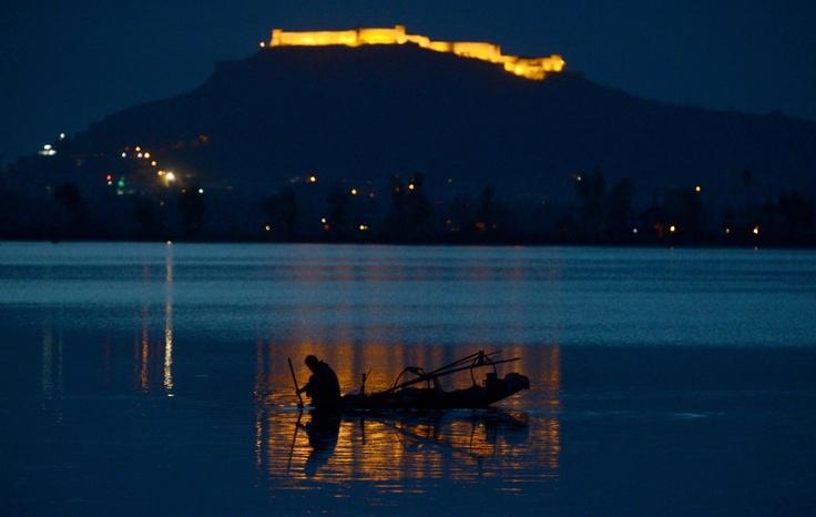 Pesca al anochecer en el lago Dal en Srinagar, Cachemira.