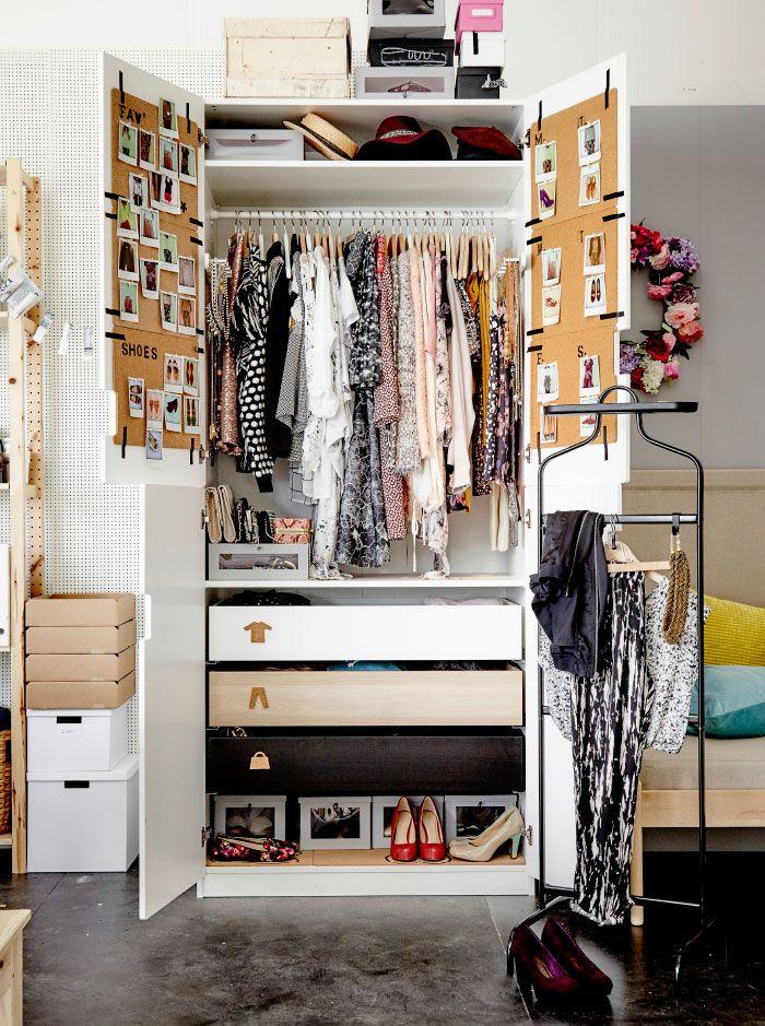 Szafa z otwartymi dzrwiami, wypełniona ubraniami, akcesoriami i butami