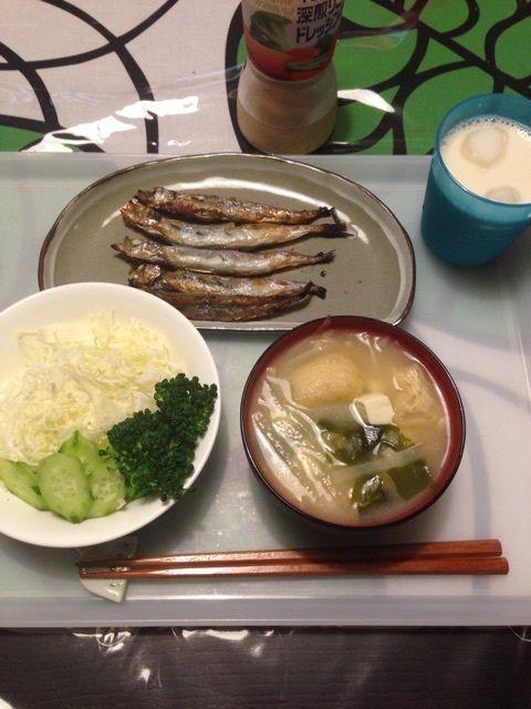 夕:サラダ(キャベツ・ブロッコリー・キュウリ)       ししゃも5尾      お味噌汁(ワカメ・大根・油揚げ・豆腐)       無調整豆乳1杯