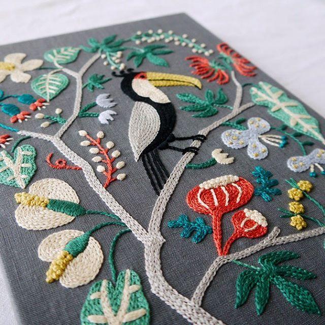 本に載った過去の作品達は働き者で、よく出張します。 今は二子玉川の蔦屋家電さんで少々。 再来週辺りには湘南蔦屋書店さんで展示予定です。 私はお家で引きこもり🙄  #手作り #ハンドメイド #蔦屋書店  #樋口愉美子のステッチ12か月  #embroidery #刺繍 #刺しゅう #handmade #needlework #linen #stitch  #handembroidery  #stitching #handstitched  #floral #botanic #botanical