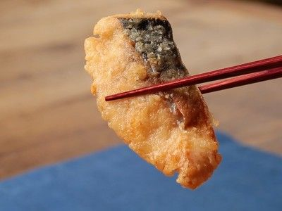 tarchii さんのレシピ「ごはんがすすむ♪鯖の竜田揚げ」を動画でご紹介。 フライパンで揚げ焼きにすることで手軽に作れるレシピ。お安い塩サバを使うので、お財布にも優しいのが嬉しい◎ 「サバに骨がある場合は取り除いておきましょう。火にかけたらあまり触らずじっくりと焼きます。サクサクと香ばしくご飯に合います」(スタッフ談)