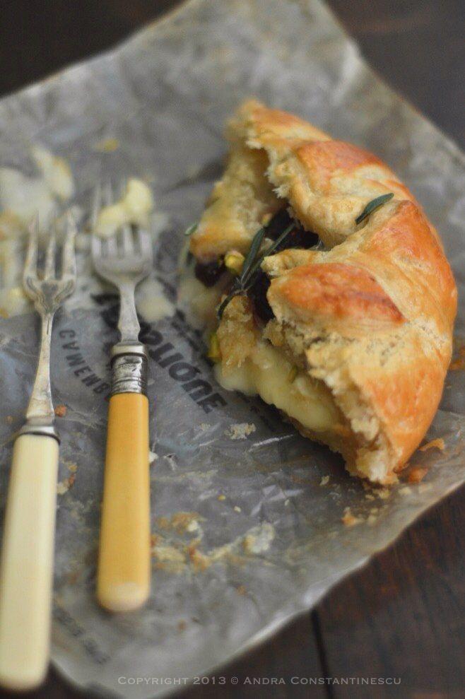 Retete vegetariene cu stil : Camembert en croute cu merisoare, fistic si rozmarin [*lacto-ovo-vegetarian] - Menta & Rozmarin