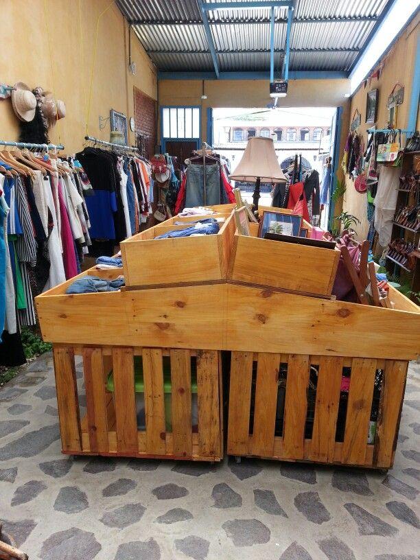 Gondola hecha de tarimas o pallets para exhibir ropa ...