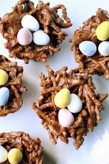 Nidos de Pascua, pretzels? en trocitos bañados en sirope de chocolate, con 3 huevitos de Easter. Se ve más rico ,