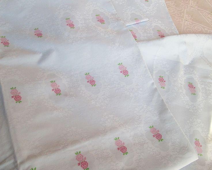 Traumhafte Vintage Bettwäsche aus weißem Damast - zwei Garnituren dieser einmalig schönen Bettwäsche sind ab heute in meinem Shop zu entdecken!  Bettwäsche aus weißem Damast mit rosa Rosen von Barosa auf DaWanda.com
