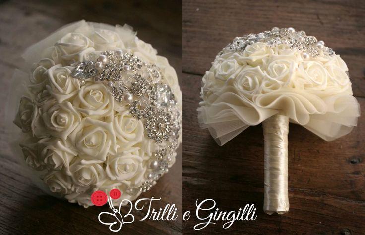 Bouquet semisferico realizzato con rose finte color avorio e gioielli [info@trilliegingilli.com] Bouquet originali, particolari, alternativi.