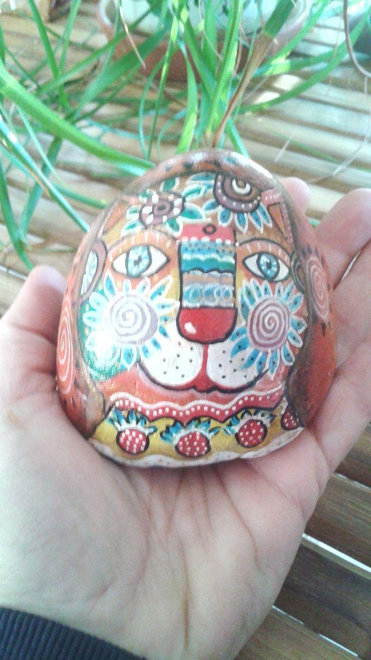 Tête de chat bariolée peinte sur galet