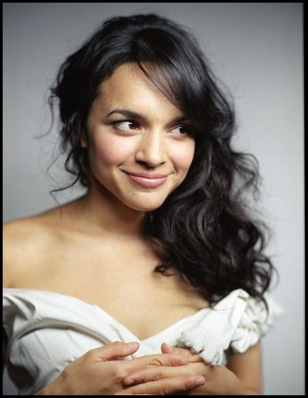 Norah Jones.. absolutely stunning.. mesmerizing voice!