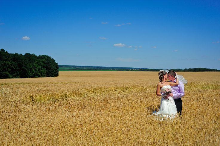 Свадебные фотографии влюбленных на фоне прекрасного пейзажа.