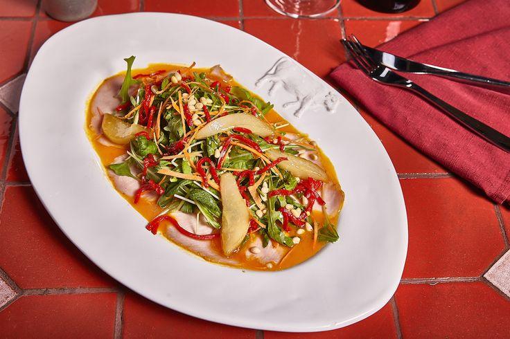 Листья салата с фермерской индейкой и карамелизированной грушей от стейк-хауса «Рибай» #turkey #ginzaproject #food #salad #yummy #ribay #love