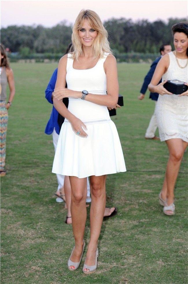La modelo Alba Carrillo acudió a la entrega de premios del 42º Torneo Internacional Land Rover De Polo, celebrado en Sotogrande, con un vestido de punto en color crudo con corte a la cadera y detalles contrastados en gris perla. (Foto: Gtres)