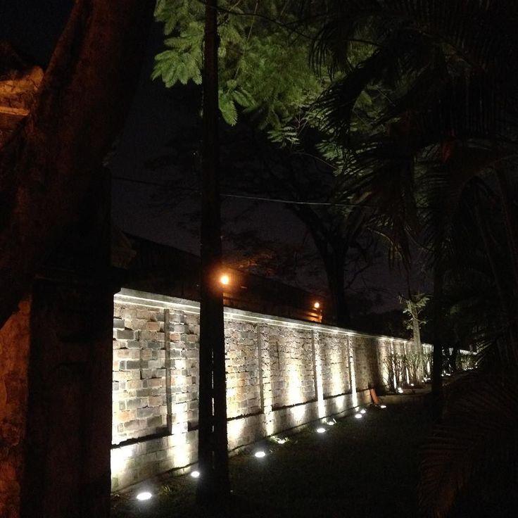 ランニング中に綺麗だと感じたのでとあるお寺の外壁を撮ってみました  #cocoacana #ランニング #夜 #交通 #Vietnam #hanoi #ベトナム #ハノイ #散歩 #運動 #健康 #ここあかな #観光 #旅行 #旅 #自分磨き #taiwasato