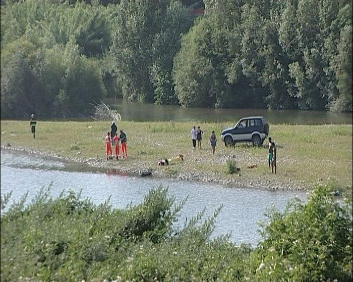 LUCCA Un giovane ragazzo di 20 anni, di origine straniera, ha perso la vita dopo aver effettuato un bagno nel fiume Serchio.