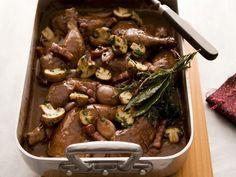 Hühnchen in Wein aus dem Ofen (Coq au Vin) ist ein Rezept mit frischen Zutaten aus der Kategorie Hähnchen. Probieren Sie dieses und weitere Rezepte von EAT SMARTER!